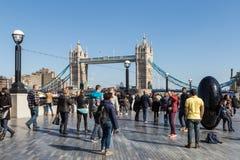 Τουρίστες και γέφυρα πύργων Στοκ Φωτογραφίες