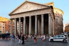 Τουρίστες και ντόπιοι δίπλα στο Pantheon στην κεντρική Ρώμη Στοκ φωτογραφία με δικαίωμα ελεύθερης χρήσης