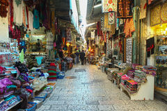 Τουρίστες και ντόπιοι στην παλαιά αγορά πόλεων της Ιερουσαλήμ στοκ φωτογραφία με δικαίωμα ελεύθερης χρήσης