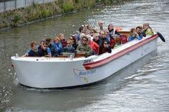 Τουρίστες και ο οδηγός τους σχετικά με μια βάρκα γύρου Στοκ εικόνα με δικαίωμα ελεύθερης χρήσης