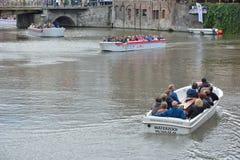 Τουρίστες και ο οδηγός τους σχετικά με μια βάρκα γύρου Στοκ Φωτογραφία