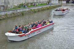 Τουρίστες και ο οδηγός τους σχετικά με μια βάρκα γύρου Στοκ φωτογραφία με δικαίωμα ελεύθερης χρήσης