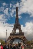 Τουρίστες και ο πύργος του Άιφελ στοκ εικόνες με δικαίωμα ελεύθερης χρήσης