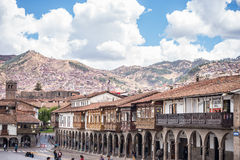 Τουρίστες και τοπικοί άνθρωποι στο κύριο τετράγωνο σε Cusco, Περού Στοκ Φωτογραφία