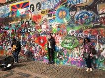 Τουρίστες και busker στο διάσημο τοίχο Lennon, Πράγα στοκ εικόνα με δικαίωμα ελεύθερης χρήσης