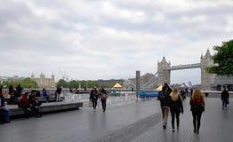 Τουρίστες κατά μήκος του ποταμού Τάμεσης στη γέφυρα πύργων, Λονδίνο Στοκ Εικόνες