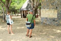 Τουρίστες κατά την εισαγωγή στο εθνικό πάρκο Komodo Στοκ Φωτογραφίες