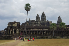 Τουρίστες κοντά σε Angkor Wat - ο Khmer ναός σε Siem συγκεντρώνει την επαρχία, Γ Στοκ Εικόνα