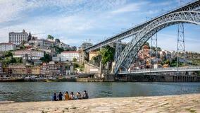 Τουρίστες κοντά στη γέφυρα του Luis Ι πέρα από τον ποταμό Douro στοκ εικόνες