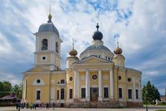 Τουρίστες κοντά στον καθεδρικό ναό Dormition στην επαρχιακή πόλη Myshkin Στοκ Φωτογραφία