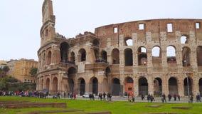Τουρίστες κοντά στο ρωμαϊκό coliseum φιλμ μικρού μήκους