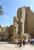 Τουρίστες μεταξύ των αρχαίων καταστροφών του ναού Karnak σε Luxor, Egyp στοκ εικόνες με δικαίωμα ελεύθερης χρήσης