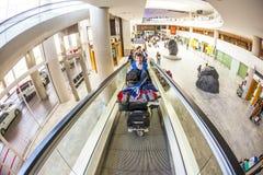 Τουρίστες με τις αποσκευές τους Στοκ φωτογραφία με δικαίωμα ελεύθερης χρήσης
