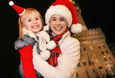Τουρίστες μητέρων και κορών στα καπέλα Χριστουγέννων στη Φλωρεντία Στοκ Εικόνες