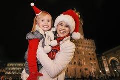 Τουρίστες μητέρων και κορών στα καπέλα Χριστουγέννων στη Φλωρεντία Στοκ φωτογραφία με δικαίωμα ελεύθερης χρήσης