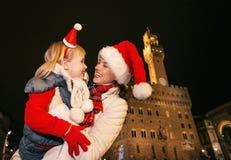 Τουρίστες μητέρων και παιδιών στα καπέλα Χριστουγέννων που αγκαλιάζουν στη Φλωρεντία Στοκ εικόνες με δικαίωμα ελεύθερης χρήσης