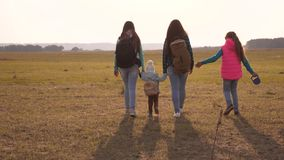 Τουρίστες μητέρων, κορών και εγχώριων κατοικίδιων ζώων Οικογένεια με τα ταξίδια σακιδίων πλάτης με ένα σκυλί ομαδική εργασία μιας απόθεμα βίντεο