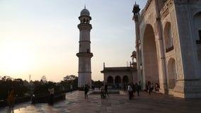 Τουρίστες μπροστά από την είσοδο σε Taj Mahal στο ηλιοβασίλεμα απόθεμα βίντεο