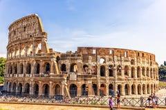 Τουρίστες μπροστά από το Colosseum στοκ φωτογραφίες