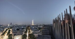 Τουρίστες πάνω από arc de triomphe που παίρνει τις φωτογραφίες στον πύργο του Άιφελ τη νύχτα Στοκ φωτογραφίες με δικαίωμα ελεύθερης χρήσης