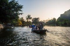 Τουρίστες πορθμείων λεμβούχων κατά μήκος του κόλπου Halong στο τουριστικό αξιοθέατο εδάφους σε Tam Coc, Βιετνάμ στοκ φωτογραφία με δικαίωμα ελεύθερης χρήσης