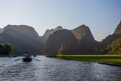 Τουρίστες πορθμείων λεμβούχων κατά μήκος του κόλπου Halong στο τουριστικό αξιοθέατο εδάφους σε Tam Coc, Βιετνάμ στοκ φωτογραφίες με δικαίωμα ελεύθερης χρήσης