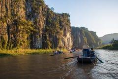 Τουρίστες πορθμείων λεμβούχων κατά μήκος του κόλπου Halong στο τουριστικό αξιοθέατο εδάφους σε Tam Coc, Βιετνάμ στοκ εικόνα με δικαίωμα ελεύθερης χρήσης