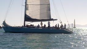 Τουρίστες που έχουν ένα κόμμα σε ένα catboat φιλμ μικρού μήκους