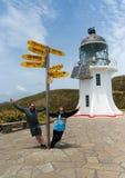Τουρίστες που έχουν τη διασκέδαση στο φάρο Reinga ακρωτηρίων στη Νέα Ζηλανδία Στοκ εικόνα με δικαίωμα ελεύθερης χρήσης