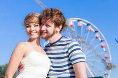 Τουρίστες που αγαπούν το ζεύγος υπαίθριο στο λούνα παρκ Στοκ φωτογραφίες με δικαίωμα ελεύθερης χρήσης