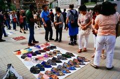 Τουρίστες που αγοράζουν τα αναμνηστικά στη Βαρκελώνη στοκ φωτογραφία με δικαίωμα ελεύθερης χρήσης