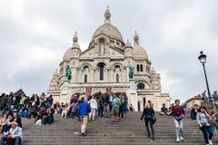 Τουρίστες που αναρριχούνται στα σκαλοπάτια Sacre Coeur στο Παρίσι, Γαλλία Στοκ φωτογραφίες με δικαίωμα ελεύθερης χρήσης
