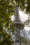 Τουρίστες που αναρριχούνται στον πύργο παρατήρησης Petrin στην Πράγα, Δημοκρατία της Τσεχίας στοκ φωτογραφία με δικαίωμα ελεύθερης χρήσης