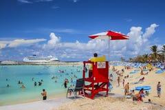 Τουρίστες που απολαμβάνουν τον ηλιόλουστο καιρό στις όμορφες Μπαχάμες στοκ εικόνα με δικαίωμα ελεύθερης χρήσης