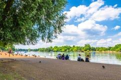 Τουρίστες που απολαμβάνουν το θερινό καιρό στο Χάιντ Παρκ στο Λονδίνο στοκ φωτογραφία με δικαίωμα ελεύθερης χρήσης