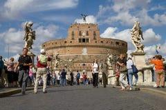Τουρίστες που απολαμβάνουν την επίσκεψη Castel Sant'Angelo στη Ρώμη Ιταλία Στοκ Φωτογραφία