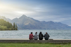 Τουρίστες που απολαμβάνουν τη θεαματική θέα της λίμνης Wakatipu σε Queenstown lakefront, Νέα Ζηλανδία Στοκ φωτογραφία με δικαίωμα ελεύθερης χρήσης
