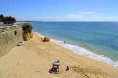 Τουρίστες που απολαμβάνουν τον ηλιόλουστο καιρό Armacao de Pera Beach στην ακτή του Αλγκάρβε Στοκ φωτογραφία με δικαίωμα ελεύθερης χρήσης