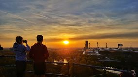 Τουρίστες που απολαμβάνουν το ηλιοβασίλεμα Στοκ εικόνα με δικαίωμα ελεύθερης χρήσης