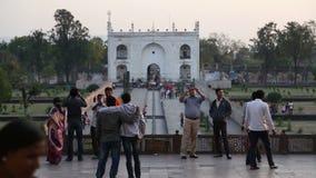 Τουρίστες που βλέπουν την είσοδο στο προαύλιο Taj Mahal απόθεμα βίντεο