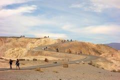 τουρίστες που εξερευνούν την κοιλάδα θανάτου στο καλοκαίρι στοκ φωτογραφία με δικαίωμα ελεύθερης χρήσης