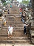 Τουρίστες που εξερευνούν Angkor Wat στην Καμπότζη Στοκ Εικόνες