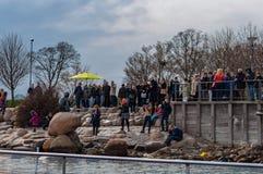 Τουρίστες που εξετάζουν τη μικρή γοργόνα Στοκ εικόνα με δικαίωμα ελεύθερης χρήσης