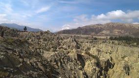 Τουρίστες που επισκέπτονται την κοιλάδα φεγγαριών γνωστή αρχικά ως Valle de Λα Luna, Βολιβία απόθεμα βίντεο