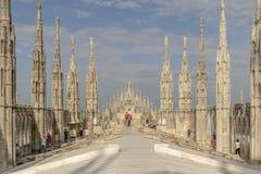Τουρίστες που επισκέπτονται τη στέγη καθεδρικών ναών, Μιλάνο, Ιταλία Στοκ εικόνα με δικαίωμα ελεύθερης χρήσης