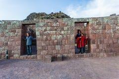 Τουρίστες που επισκέπτονται τις καταστροφές Pisac στοκ φωτογραφία