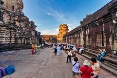 Τουρίστες που επισκέπτονται το ναό Angkor Wat Στοκ εικόνες με δικαίωμα ελεύθερης χρήσης