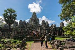 Τουρίστες που επισκέπτονται το ναό Bayon σε Angkor Thom σύνθετο Στοκ Εικόνα