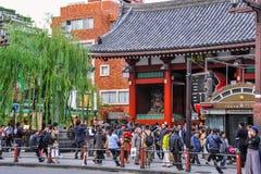 Τουρίστες που επισκέπτονται το ναό Senso-senso-ji σε Asakusa, Τόκιο, Ιαπωνία Στοκ Εικόνες