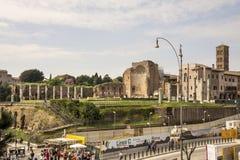 Τουρίστες που επισκέπτονται το ρωμαϊκό φόρουμ Στοκ Εικόνα